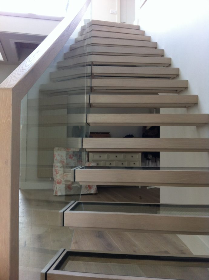 Cantilevered curved glass stairs